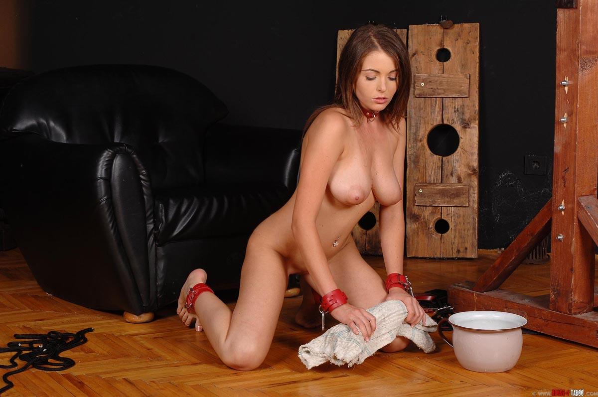 Убирает голой онлайн, Убирается голая дома - видео 17 фотография
