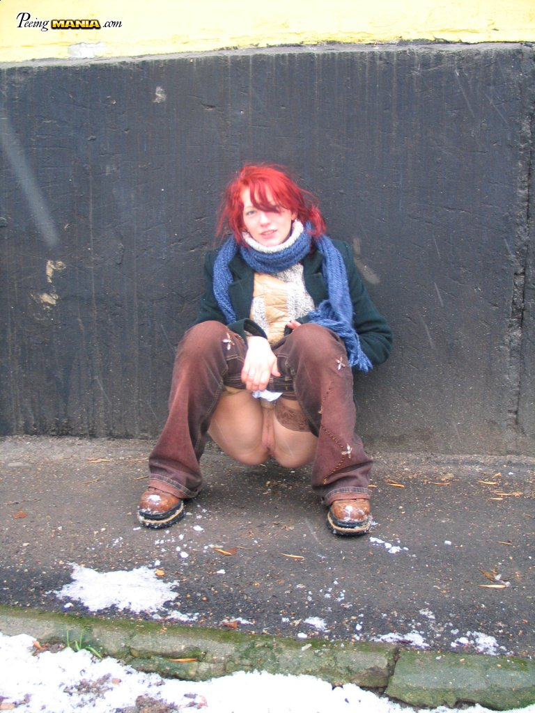 девка на улице писяет фото